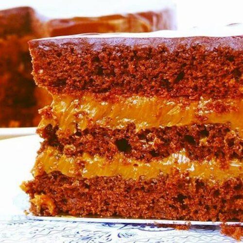 Porción de torta de chocolate rellena de dulce de leche